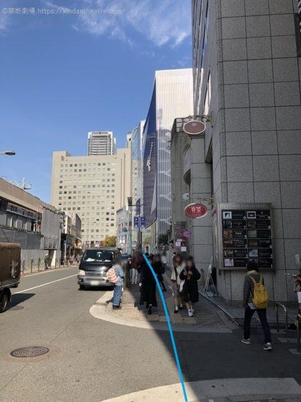 梅田芸術劇場までの歩道を暫く進んでゆく