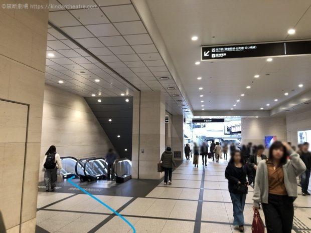 阪急うめだ本店横の地下鉄方面下りエスカレーターへと進む