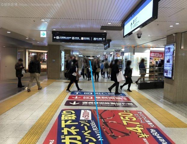 crost.内のマツキヨ前をさらに地下鉄西梅田駅方面へ進む