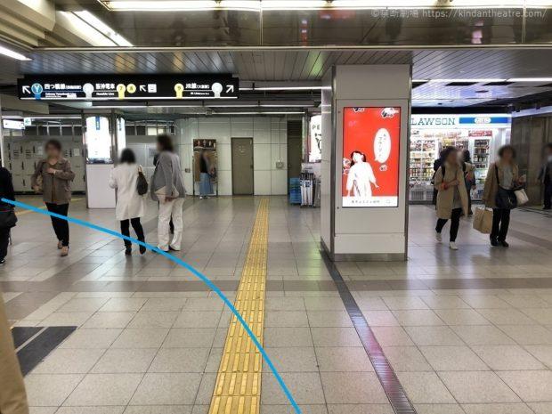 御堂筋線梅田駅中改札前を通り過ぎて突き当りを左に進む