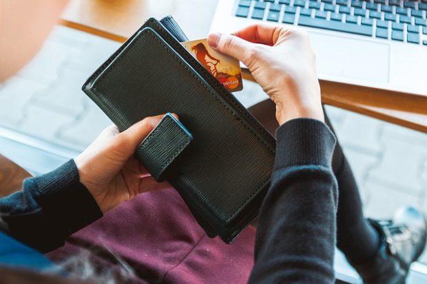 クレジットカードでチケットを購入しようとしている女性